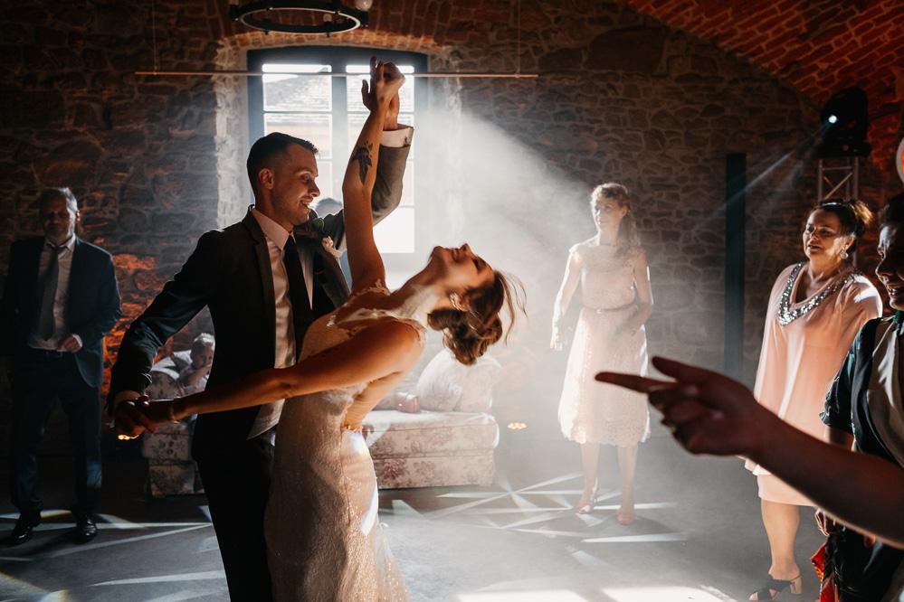 tańcząca para ślubna