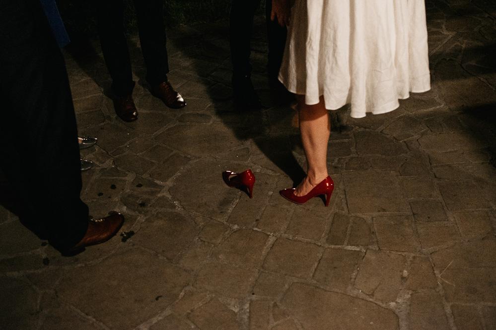 czerwony but na weselu